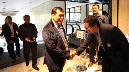 Mantan Ketua Umum PSSI, Nurdin Halid saat tiba di Hotel Mercure tempat berlangsungnya KLB PSSI. - INDOSPORT
