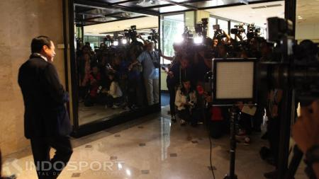 Puluhan wartawan bersiap mewawanarai Mantan Ketum PSSI, Nurdin Halid. - INDOSPORT