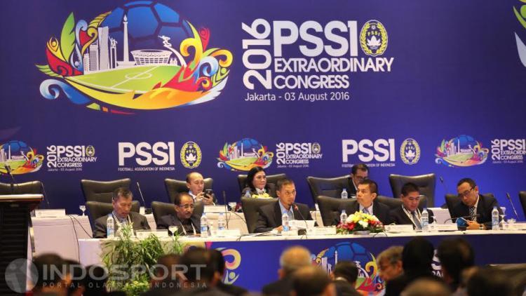 Sekjen PSSI Azwan Karim (tengah), Plt Ketua Umum PSSI Hinca Pandjaitan beserta para anggota Exco memimpin diselenggarakannya KLB PSSI. Copyright: Herry Ibrahim/INDOSPORT