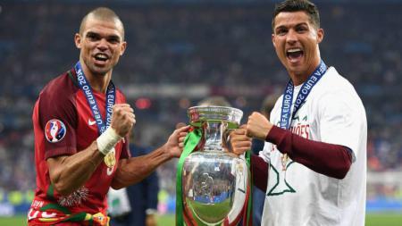 Pepe (kiri) dan Cristiano Ronaldo selebrasi dengan menunjukkan trofi Euro 2016. - INDOSPORT