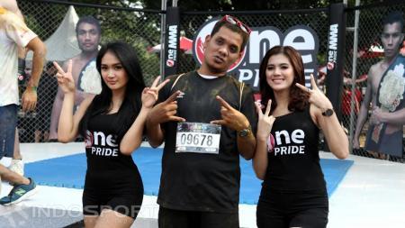 Ring Girls yang berada di stand MMA (Seni bela diri campuran) menjadi incaran peserta The Colour Run untuk foto bersama. - INDOSPORT