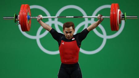 Eko Yuli Irawan berhasil mengangkat alat berat-besi 62kg di ajang Olimpiade 2016. - INDOSPORT