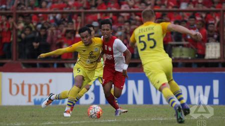 Penyerang PSM Makassar, M. Rahmat sedang dihadang pemain lawan. - INDOSPORT