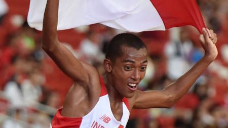 Pelari Indonesia, Agus Prayogo melakukan selebrasi dengan kibarkan bendera merah putih (Indonesia) di Sea Games 2015. - INDOSPORT