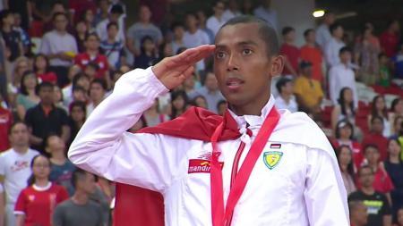 Peraih medali emas Sea Games 2015, Agus Prayogo melakukan selebrasi dengan hormat tanda terima kasih kepada Indonesia. - INDOSPORT