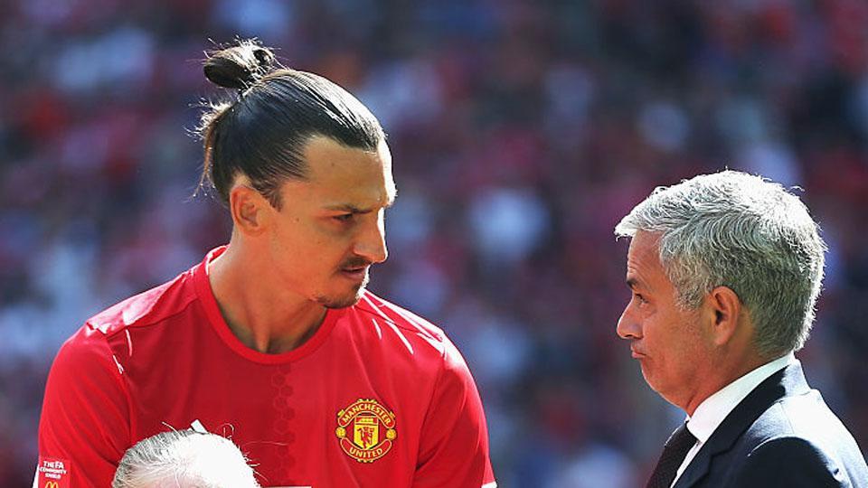 Jose Mourinho dan Zlatan Ibrahimovic tengah berdiskusi dalam pertandingan Community Shield Leicester City vs Man United. Copyright: INTERNET
