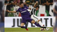 Indosport - Bek Fiorentina, Davide Astori berebut bola dengan gelandang Juventus, Sami Khedira (21/08/16)