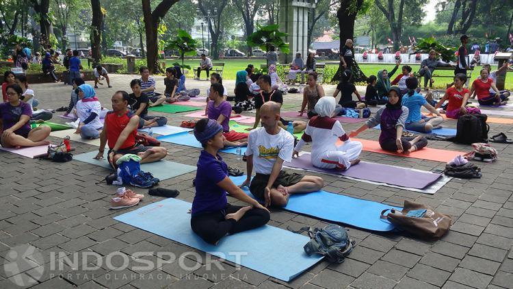 Salah satu gerakan yoga yang dilakukan komunitas Yoga Gembira. Copyright: Devie Novitasari/INDOSPORT