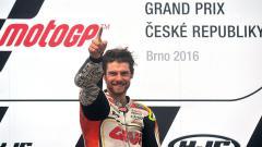 Indosport - Pembalap tim LCR Honda, Cal Crutchlow melakukan selebrasi setelah berhasil  finish diurutan pertama pada sirkuit Masaryk, Brno, Rep. Ceko, Minggu (21/08/16).