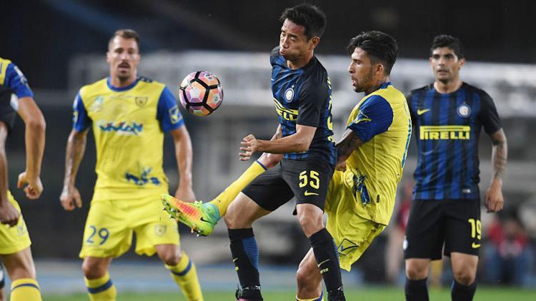 Pemain Internazionale Yuto Nagatomo dikepung pemain Chievo dalam perebutan bola pada laga yang berlangsung di Stadio Marcantonio Bentegodi, Senin (22/08/16). Copyright: INTERNET