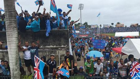 Masyarakat menyambut hangat kepulangan tim Rugby Fiji yang mendapatkan medali emas pertama untuk negaranya. - INDOSPORT