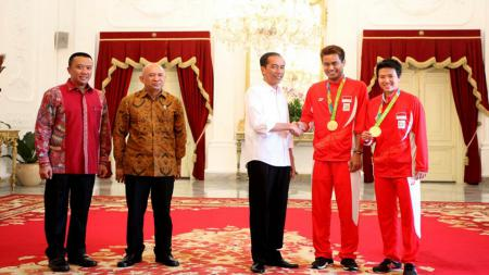 Presiden Joko Widodo saat menerima pahlawan olahraga Olimpiade 2016 yang didampingi Menpora Imam Nahrawi di Istana Negara, Jakarta, Rabu (24/8). - INDOSPORT