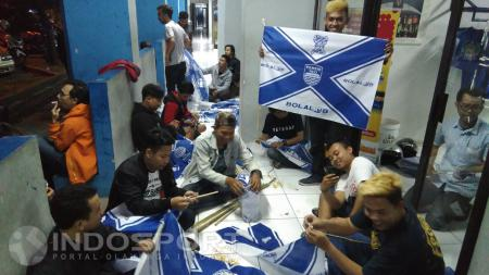 Viking sedang berkumpul membuat atribut dukungan untuk Persib Bandung. - INDOSPORT