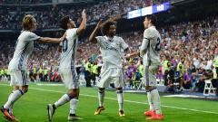 Indosport - Penyerang Real Madrid, Alvaro Morata melakukan selebrasi bersama rekan satu timnya.