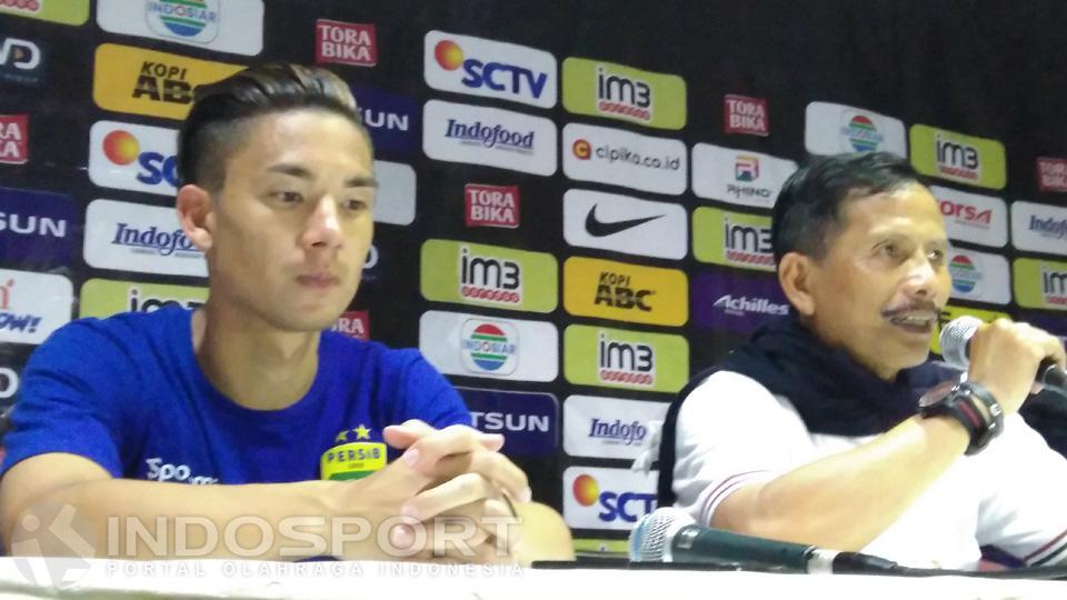 Pelatih Persib Bandung Djadjang Nurdjaman tak bisa menyembunyikan kekecewaannya setelah tim besutannya hanya mampu meraih satu poin saat menghadapi Arema Cronous di Stadion Si Jalak Harupat Bandung, Sabtu (27/8/2016). Copyright: Gin/Indosport