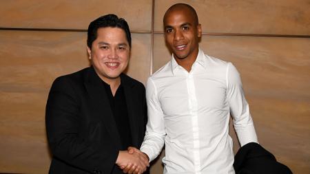 Joao Mario bersalaman dengan Erick Thohir. - INDOSPORT