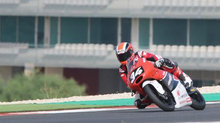 Pembalap Honda asal Indonesia, Andi Gilang saat berada di lintasan balap di Portugal. - INDOSPORT