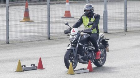 Pelari asal Jamaika, Usain Bolt belajar membawa sepeda motor di London, Inggris. - INDOSPORT