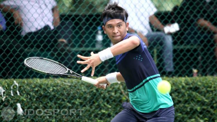 Petenis Indonesia, Christopher Rungkat mengembalikan bola ke arah lawannya petenis Jepang, Ken Onoda pada babak kedua turnamen tenis Indonesia AGS-Nassau Men Copyright: Herry Ibrahim/INDOSPORT