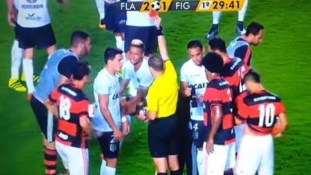Wasit yang memimpin pertandingan saat memberi kartu merah kepada Rafael Silva. - INDOSPORT