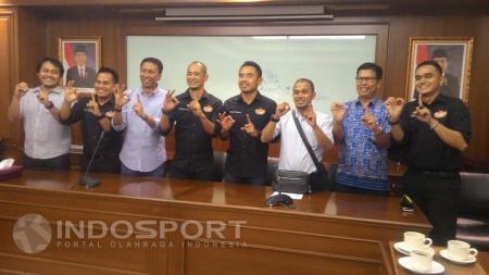 Suasana Kurniawan Dwi Yulianto resmi mendaftar calon ketua umum PSSI. - INDOSPORT