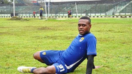 Gelandang Persib Bandung, David Laly saat mengikuti latihan. - INDOSPORT