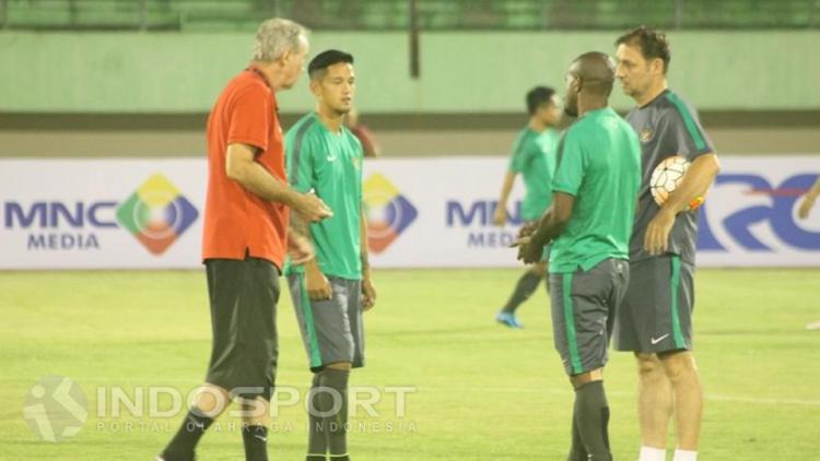 Irfan Bachdim dan rekan timnas lainnya saat mendengarkan arahan dari sang pelatih, Alfred Riedl. Copyright: Beny Rahardjo/INDOSPORT