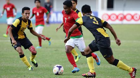Ramdani Lestaluhu dikepung pemain Malaysia di semifinal Asian Games 2013. - INDOSPORT