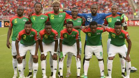 Steeve Yago (pojok kiri bawah) saat berfoto bersama tim nasional Burkina Faso. - INDOSPORT