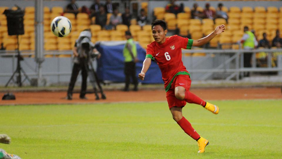 Pemain Timnas Indonesia, Evan Dimas saat mengeksekusi bola ke arah gawang lawan. Copyright: INTERNET