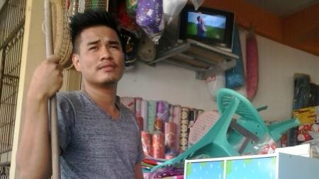 Novri Saat menjaga tokonya di Jalan Gajah Mada, Gunungpangilun, Padang, Sumatera Barat. - INDOSPORT