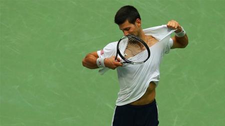 Novak Djokovic melakukan aksi yang tidak biasa saat dikalahkan Nick Kyrgios di babak keempat Indian Wells 2017. - INDOSPORT