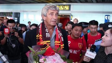 Mantan pelatih Manchester City, Manuel Pellegrini disambut para fans Hebei China Capital.