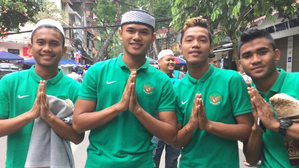 Pose skuat timnas U-19 usai melaksanakan ibadah sholat ied di perayaan Idul Adha 1437 H. Copyright: INTERNET