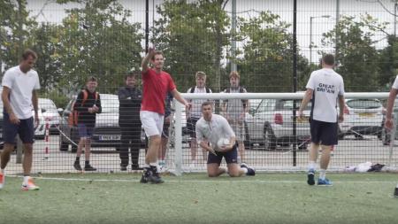 Andy Murray bermain futsal bersama para pemain dan pelatih tim Piala Davis Britania Raya (12/09/16). - INDOSPORT
