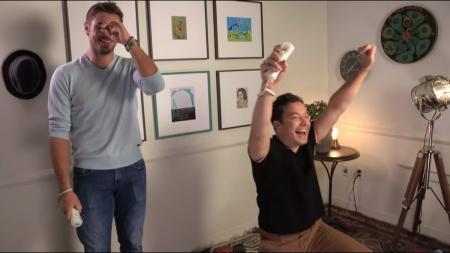 Stan Wawrinka (kiri) saat bertanding dengan Jimmy Fallon dalam permainan Wii Tenis (12/09/16). - INDOSPORT