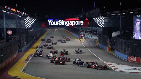 Situasi balapan malam hari di GP Singapura. - INDOSPORT