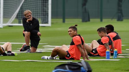 Roberto Firmino sedang latihan bersama penggawa Liverpool lainnya dan dipantau oleh Jurgen Klopp. - INDOSPORT