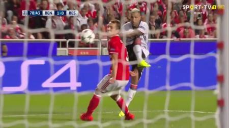 Ricardo Quaresma (seragam putih) dan Alex Grimaldo pada laga Benfica melawan Besiktas (14/09/16). - INDOSPORT