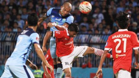 Pemain Persela Lamongan dan Persija Jakarta berebut bola pada pertadingan TSC A pekan ke-20, Jumat (16/09/16). - INDOSPORT