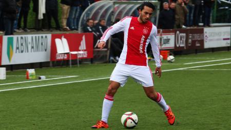 Aksi pemain Ajax Amsterdam keturunan Indonesia, Ezra Walian saat mengontrol bola. - INDOSPORT