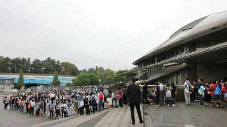 Penonton sudah menanti Japan Super Series yang akan dimulai pukul 10.00 WIB. - INDOSPORT