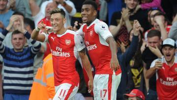 Mesut Ozil dan Alex Iwobi melakukan selebrasi gol pada pertandingan Arsenal melawan Chelsea (25/09/16).