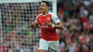 Bintang Arsenal, Alexis Sanchez melakukan selebrasi.