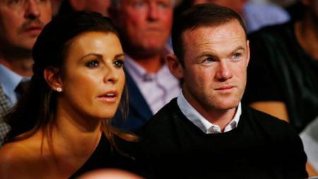 Wayne Rooney bersama istrinya, Coleen Rooney, saat menonton pertarungan Anthony Crolla vs Jorge Linares. - INDOSPORT
