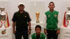 Indosport - Dua pesepakbola muda berbakat Indonesia, Syukran Arabia Samual (tengah) dan Andrian Rusdianto (kanan) bersama Chairman SBAI, Dani Septian Iskandar (kiri).