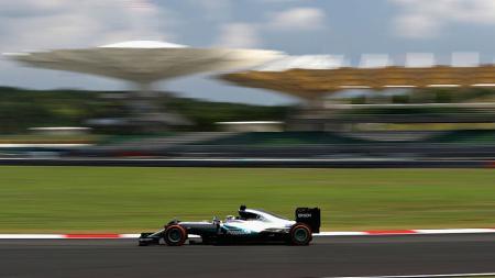 Lewis Hamilton saat menjalani sesi latihan bebas kedua GP Malaysia di Sirkuit Sepang, Jumat (30/09/16). - INDOSPORT