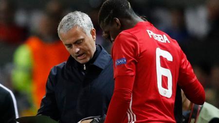 Jose Mourinho saat memberitahu pemainnya, Paul Pogba soal teknis taktik permainan Man United. - INDOSPORT