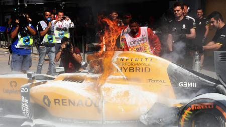 Mobil Kevin Magnussen yang terbakar di sesi latihan bebas pertama GP Malaysia. - INDOSPORT