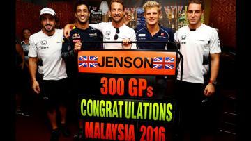 Jenson Button (tengah)